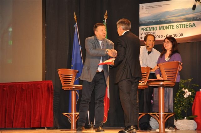 Giovanni Castellucci premiato dal sindaco Ugo Pesciarelli
