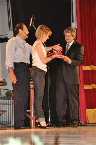 Il premio alla memoria di Giovanni (Nanni) Toni viene consegnato al figlio Aldo da Paola Giorgi