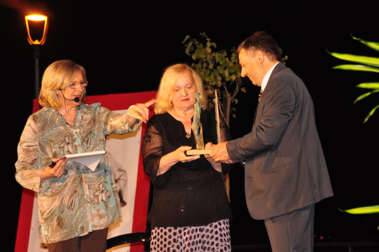 Paula Fillari Silvestri riceve il premio dal sindaco Ugo Pesciarelli