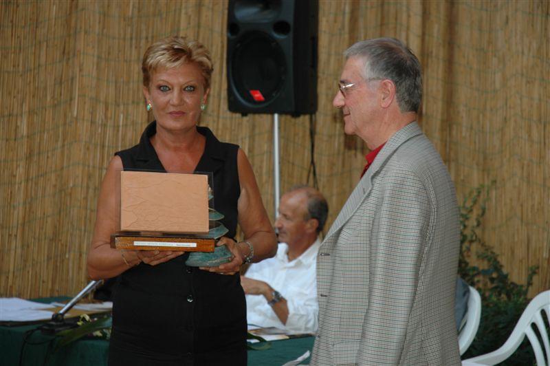 Mara Silvestrini premiata dal sindaco Luigi Rinaldi