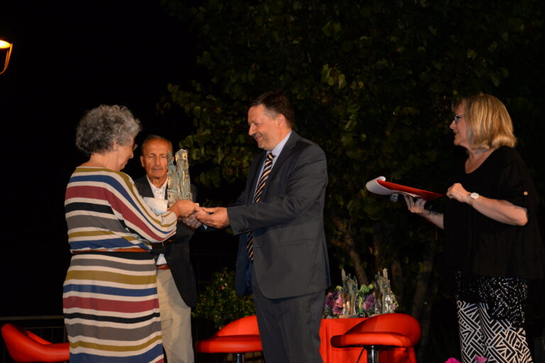 Vitaliana Vitaletti Bianchini premiata da sindaco Ugo Pesciarelli