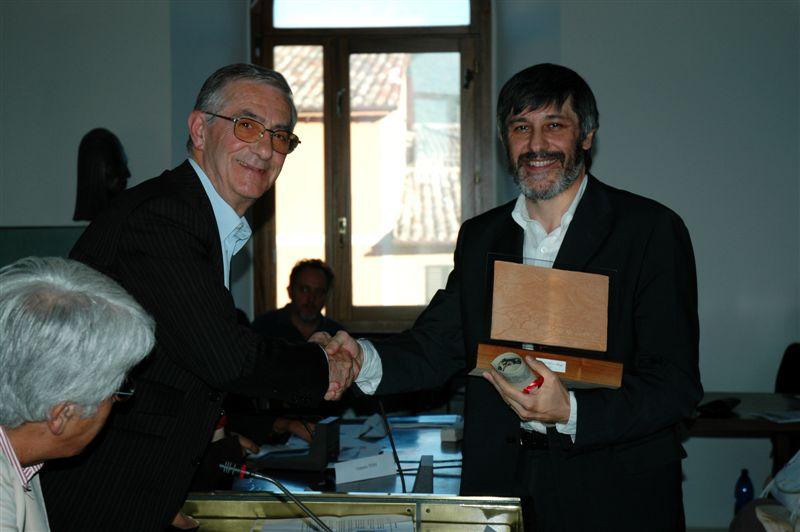 Franco Frasconi premiato dal sindaco Luigi Rinaldi