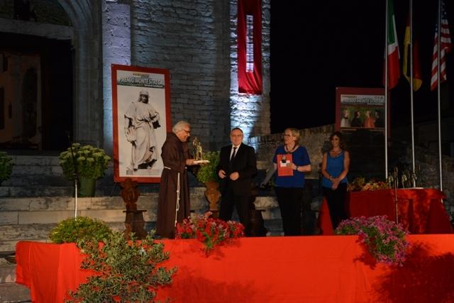 Nazzareno Azzerri premiato da Padre Armando Pierucci