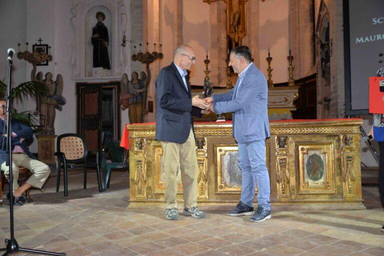 Albert Santoni premiato dal sindaco di Sassoferrato Ugo Pesciarelli