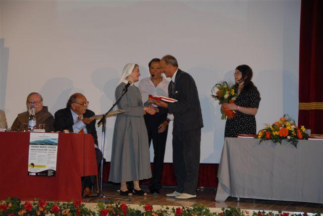 Suor Maria Paola Rotati premiata da Vittorio Toni