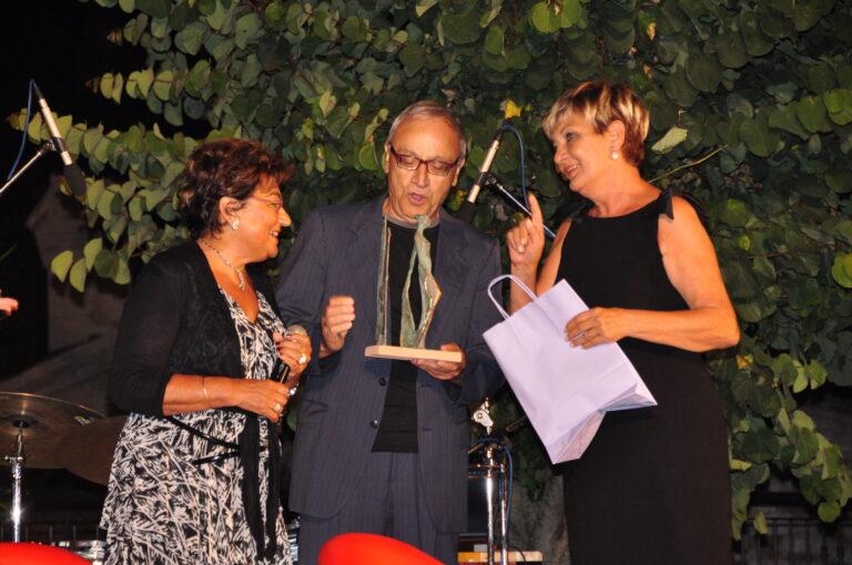 Il premio alla memoria di Raul Lunardi viene consegnato ai figli Noretta e Alberto da Mara Silvestrini