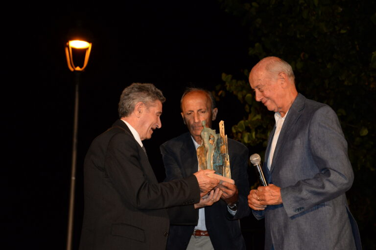 Giuseppe Toni premiato da Raniero Massoli-Novelli