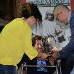 2 DSC_8253 - Anna Manelli, accompagnata dalla nipote Katia , riceve il premio dal vice-sindaco di Arcevia F. Quajani
