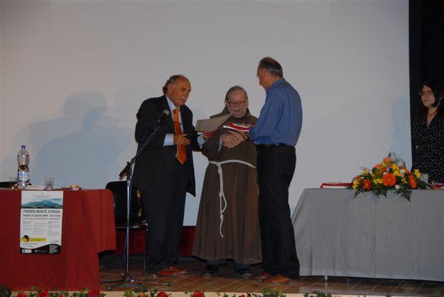 Il premio alla memoria di Mons. Giuseppe Franciolini viene consegnato al nipote Renzo da Padre Stefano Troiani