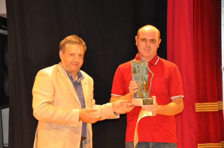 Il premio a Mario Luigi Severini viene consegnato al figlio Alberto dal sindaco Ugo Pesciarelli