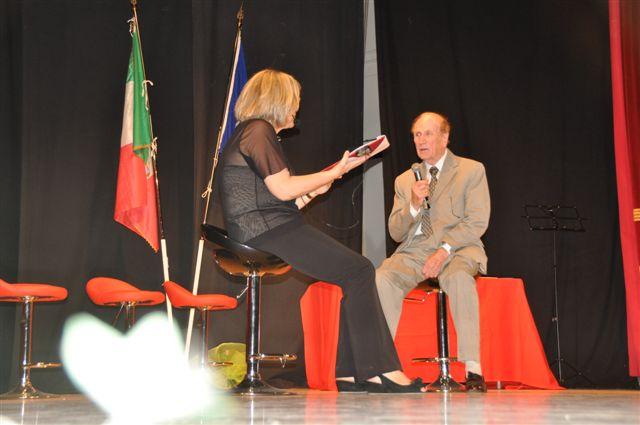 Premiazione di Edmund Paoloni, con la presentatrice Cinzia Vitaletti