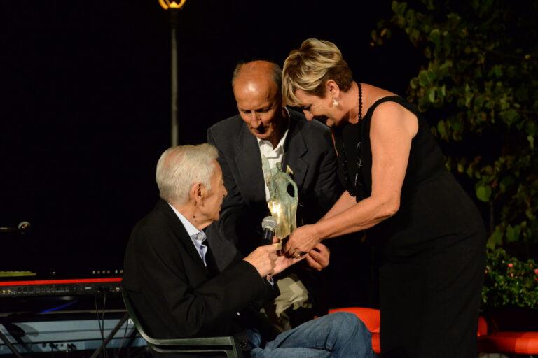 Francesco Garofoli premiato dalla presidente Mara Silvestrini