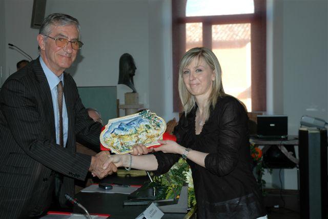 Il premio alla memoria di Pietro Camilli viene consegnato alla nipote Rita dal sindaco Luigi Rinaldi