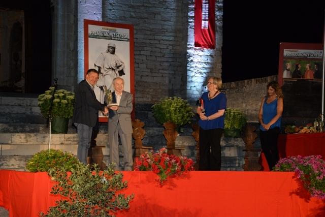 Franco Pagliarini premiato dal sindaco Ugo Pesciarelli