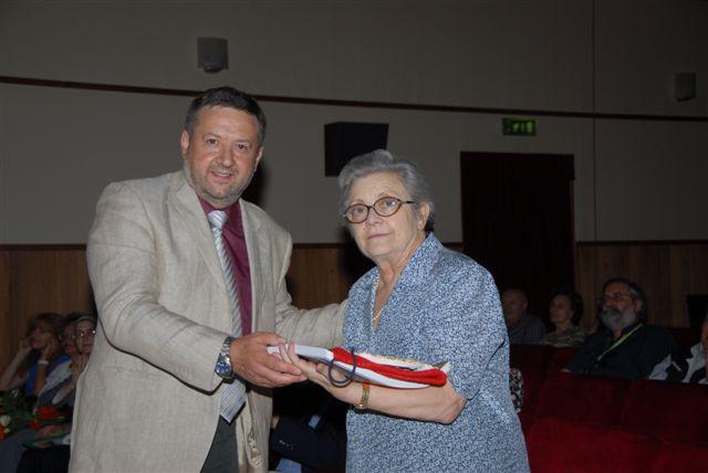 Il premio alla memoria di Ruggero Rossi viene consegnato alla vedova Giuliana dal sindaco Ugo Pesciarelli