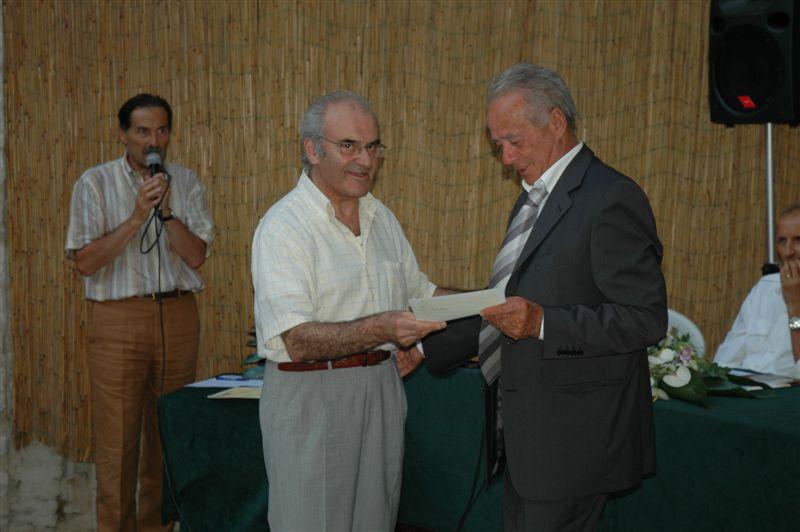 Pergamena alla memoria di Osvaldo Troiani consegnata al  fratello Giuseppe da Mario Toni