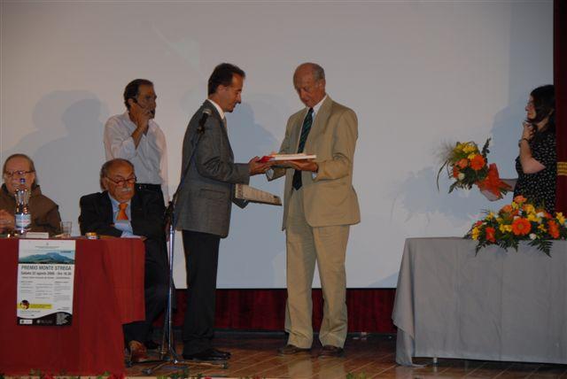 Il premio alla memoria di Ferruccio Vignanelli viene consegnato al figlio Francesco da Raniero Massoli-Novelli