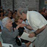 Pergamena alla memoria di Renato Ottaviani consegnata alla vedeva da Mario Toni