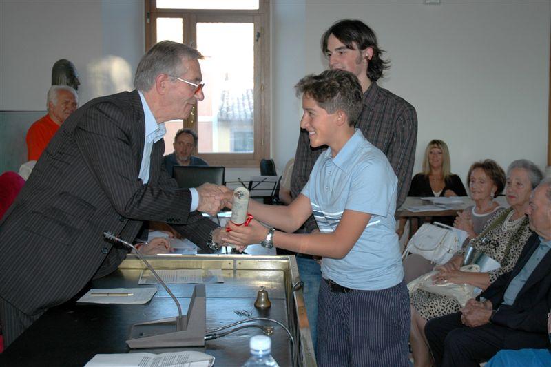 La pergamena alla memoria di Don Alberico Pagnani viene consegnata ai nipoti Giacomo Pagnani e Riccardo Troncanetti  dal sindaco Luigi Rinaldi