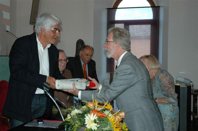 Il premio alla memoria di di Robert Mondavi viene consegnato al figlio Timothy dal presidente Timoteo Benedetti