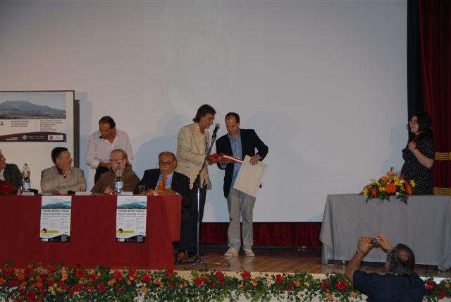 Il premio alla memoria di Lorenzo Tomatis viene consegnato al figlio Paolo dall'assessore Massimo Bardelli