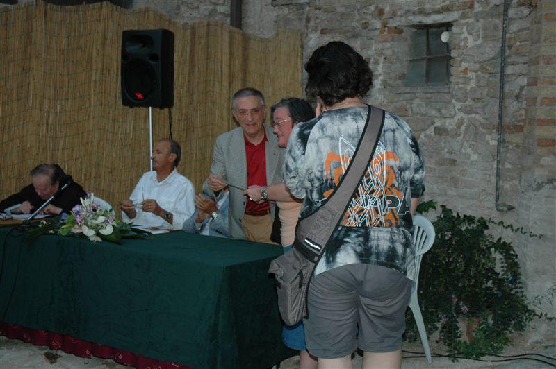 Pergamena alla memoria di Corradino Garofoli consegnata alla figlia Paola dal Sindaco Luigi Rinaldi