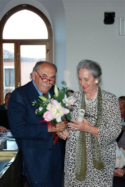 La pergamena alla memoria di Guido Vitaletti viene consegnata alla figlia Anna da Giovanni Pesciarelli