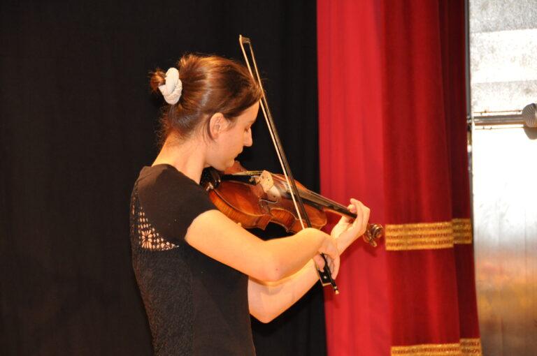 Stacco musicale della violinista Engi Sabaxu