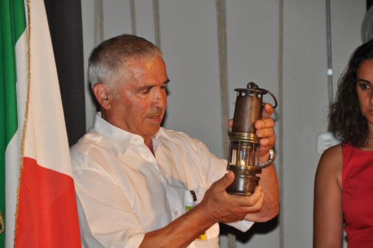 Il minatore Urbano Ciacci mostra il funzionamento della lampada di sicurezza usata in miniera