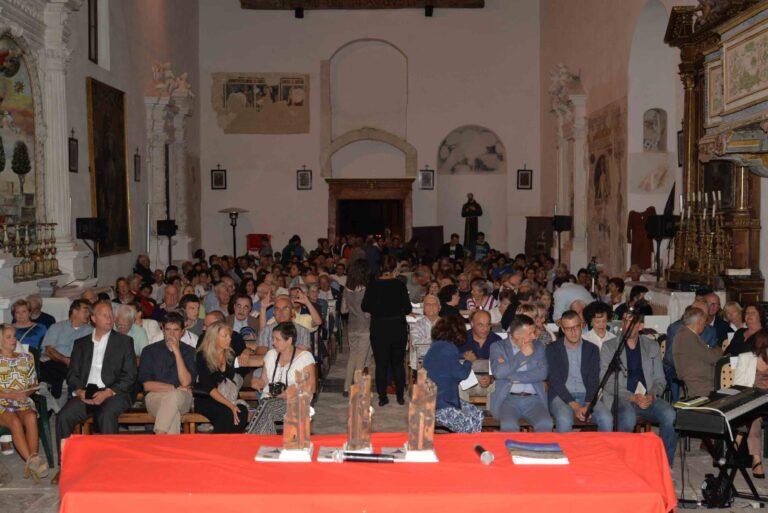 Il pubblico assiste alla premiazione nella Chiesa di San Francesco